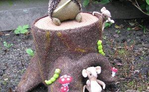 Muis met knapzak op een boomstronk