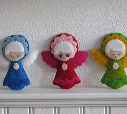 Kerstengelen in heldere kleuren