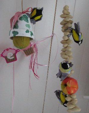 Vogels op pinda slinger